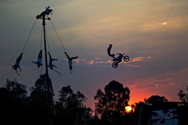 Les Red Bull X-Fighters vs les Voladores mexicains