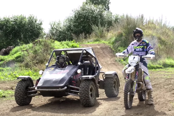 Graham Jarvis et sa Husky Vs Le Stig et son buggy R1