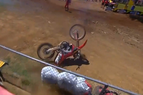MX AMA, cable d'accélérateur bloqué, il perd le contrôle de sa moto