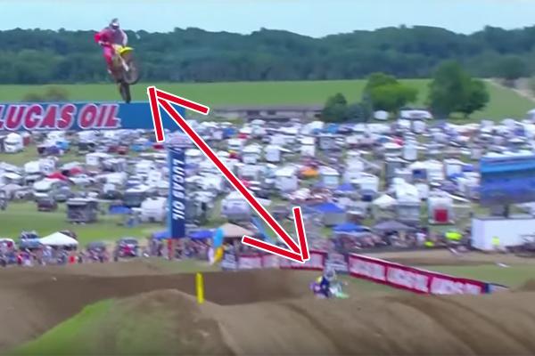 Ken Roczen double Eli Tomac � l'aide d'un �norme jump