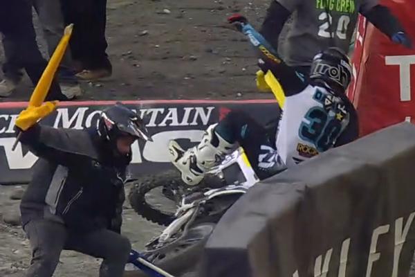 SX AMA, Martin Davalos sort de la piste et percute un Flag Men