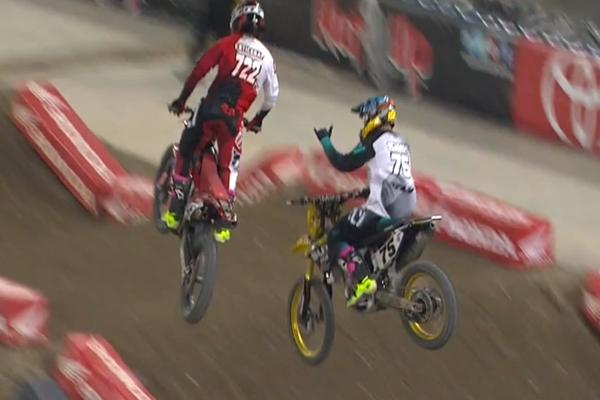 SX AMA, en plein jump Schmidt fait un What's Up Bro à son pote Entickna