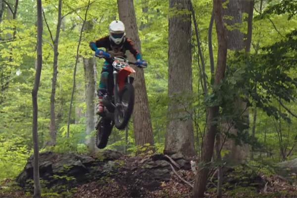 Il ride dans une for�t priv�e avec la KTM 200 2 Temps